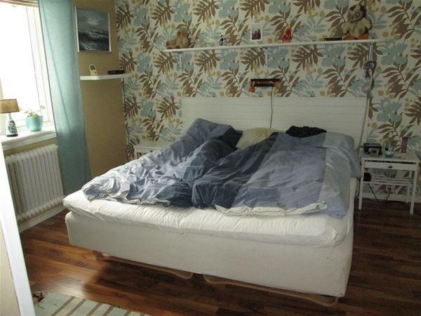 Sovrum med dubbelsäng.