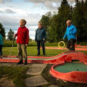 Foto: First Camp Frösön - Östersund,  © Copy: First Camp Frösön - Östersund, Familj som spelar minigolf