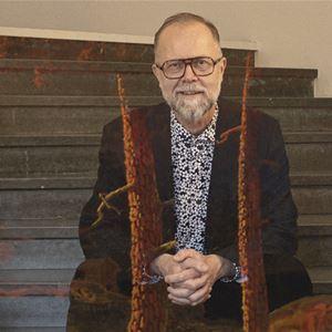 Museets chef Hans Öjmyr sitter i museets trappa.