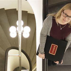 Arkivarie Sofia Hedén i museets trappa.