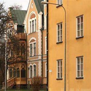 Gatubild. Byggnader med olika fönster.