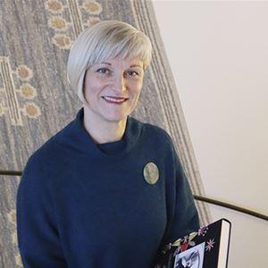 Intendent Kristina Lindkvist i museets trappa.