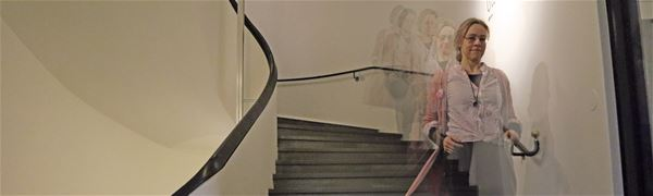 Pedagog Ingela Jönsson i museets trappa