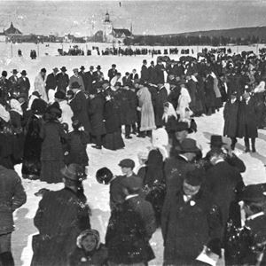Folksamling på isen.