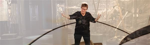 Pedagog Ann Nilsén i museets trappa.