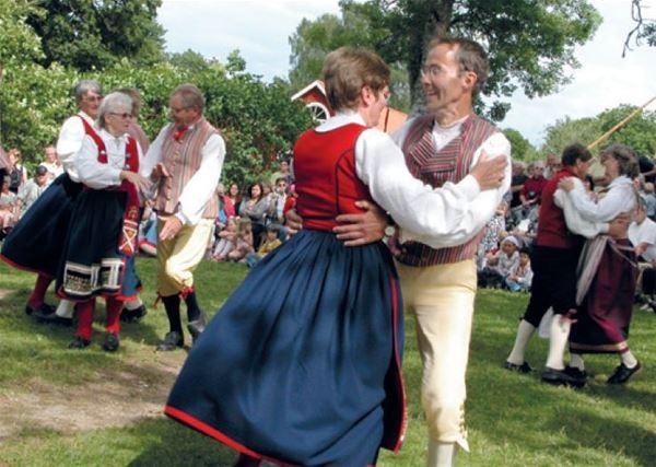 Folk dancing at Linnés Råshult