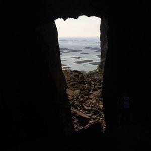 Torgarhaugen, Hullet i Torghatten
