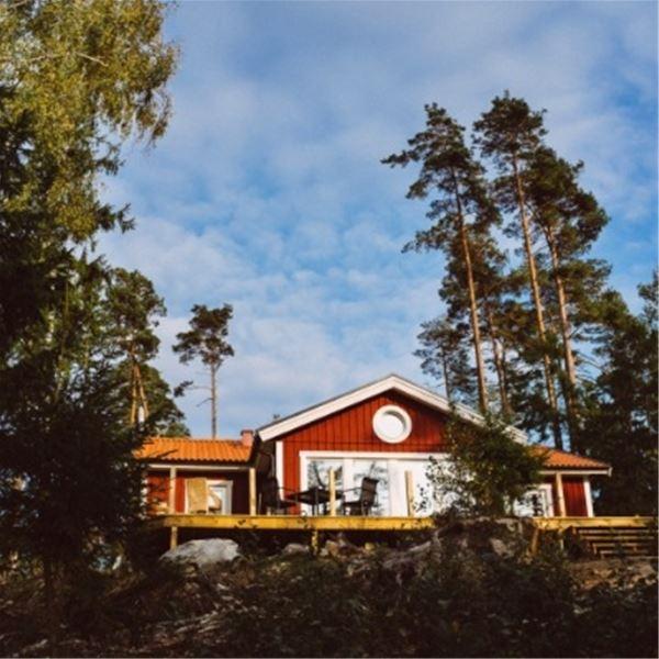 Jens Lennartsson,  © Brokamåla Gård, Röd stuga med sjöutsikt