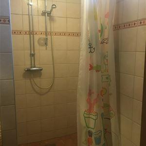 Kaklad dusch med draperi.