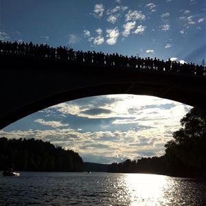 Bro över älven i solnedgång