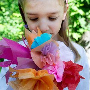 Flicka med pappersblommor