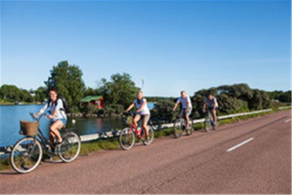 Pilgrimscykling till gudstjänst i kyrka längs med Sankt Olofs sjöled