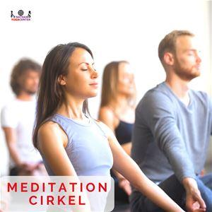 Fyra personer som sitter och mediterar