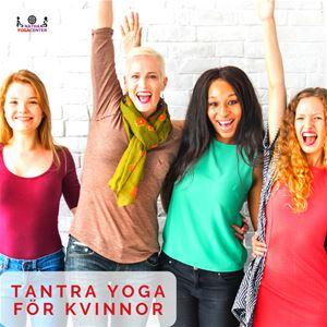 Fyra glada kvinnor i färgglada kläder