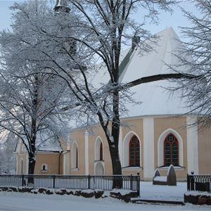 Mora kyrka i vinterskrud.