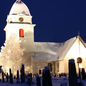 Rättviks kyrka i vinterskrud.