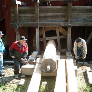 Män som arbetar vid sågen.