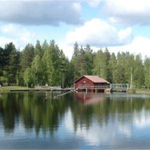 Spegelblank damm i Mångberg.