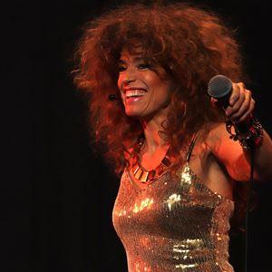 En kvinna som håller i en mikrofon.