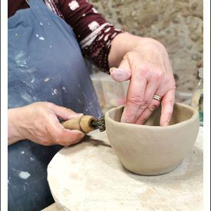 Person som gör egentillverkad skål.