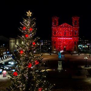 Fredikskyrkan belyst i rött ljus