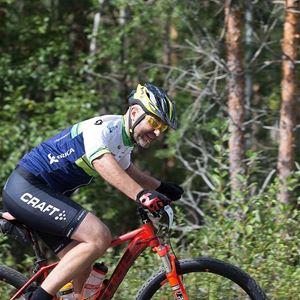 En cyklist vid en skog.