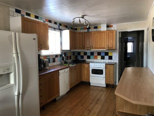 Fullt utrustat kök med stor kyl och frys och diskmaskin.
