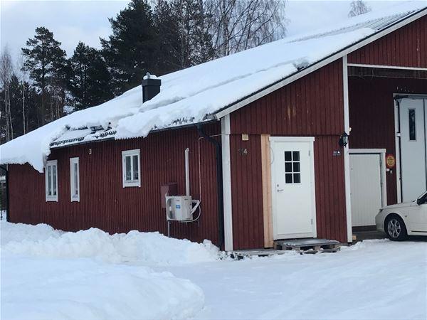 Exteriör vinter med stor byggnad där lägenheten är inhyst.