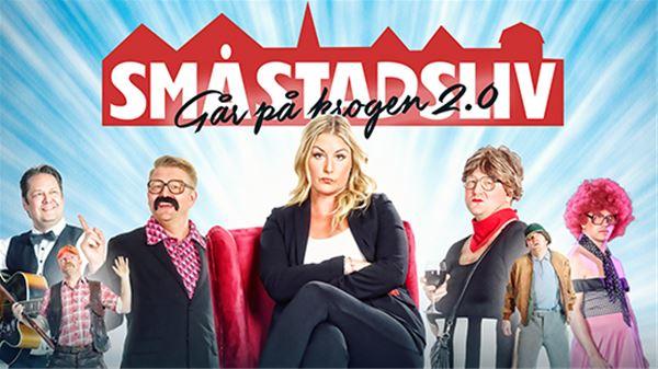 © Copy: https://www.tickster.com/sv/events/m2jnycypuude8w3/2021-11-20/smastadsliv-gar-pa-krogen-2-0, En kvinna sitter i en fåtölj i mitten och tre personer på varje sida om henne står och poserar