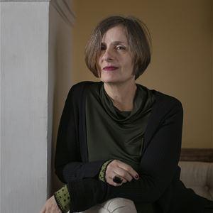 Sara Mac Key,  © Sara Mac Key, Författaren Susanna Alakoski poserar sittandes på en stol.