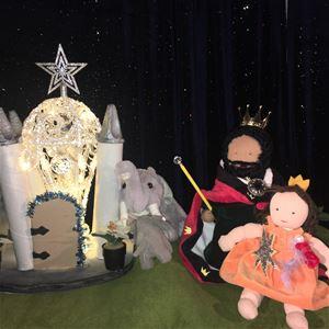 © Copy: teaterdockanochjag, Två dockor som är prins och prinsessa, en mjukiselefant  och ett fint litet slott.