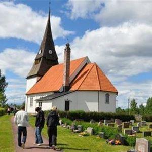 Besökare på väg in till kyrkan.