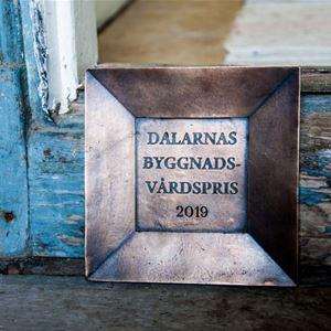 Pris med text Dalarnas Byggnadsvårdspris 2019.
