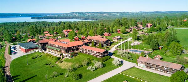 View over Green Hotel from above and lake Siljan in the background.
