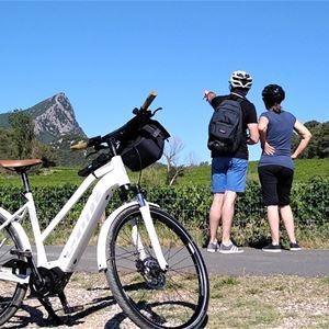 Escapade guidée en vélo électrique à la découverte du Pic Saint-Loup et du Château Cambon-Lancyre avec les Cycles du Terroir