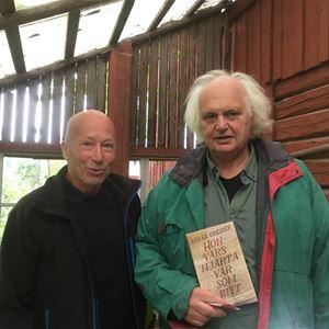 © Holmdahl, Nils Holmdahl och Göran Greider står bredvid varandra på en gammal veranda.