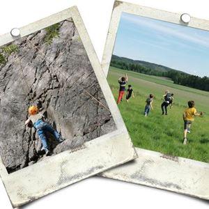 Två vykort, ett föreställandes brn som klättrar på en klippa, det andra barn på ett grönt fält.
