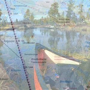 Bild i flera lager, karta, spetsen på en kanot med stenar på sidorna.
