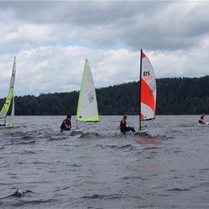 © Torkel Berg, flera segelbåtar ute på sjön.