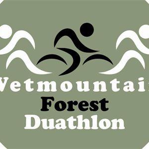 En logga med grön bakgrund med en engelsk text Wetmountain forest duathlon.