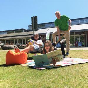 Sommarhäng utanför Ljungby bibliotek