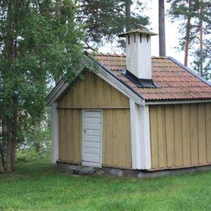 Visning av 1721 - De ryska bränderna. Samling vid båtmagasinet, Hamngatan 8, Hudiksvall