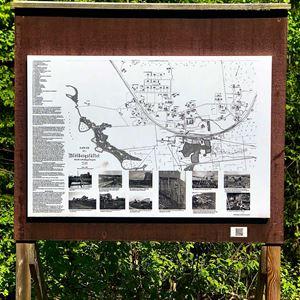 En informationstavla med en gammal karta på.