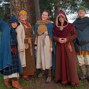 © Lovisa Målare, Personer med vikingakläder.
