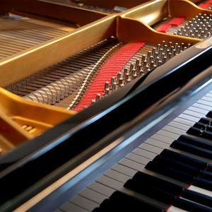 Tangenter och insida av ett piano.
