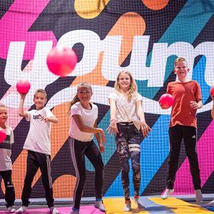 Olle Lundqvist,  © Olle Lundqvist, sju stycken barn står framför en färgglad vägg.