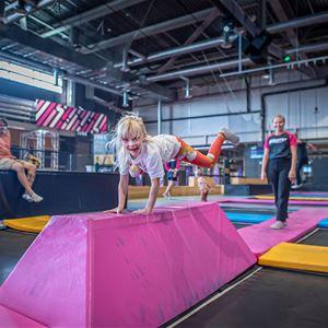 Olle Lundqvist,  © Olle Lundqvist, En flicka som skuttar mellan två trampoliner.