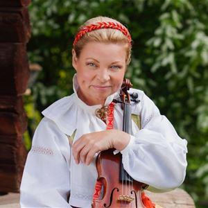 Musiker i folkdräkt med sin fiol.