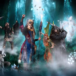 Sagofigurer i mystiska skogen.