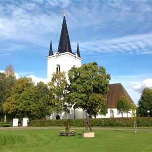 Svärdsjö kyrka en sommardag.